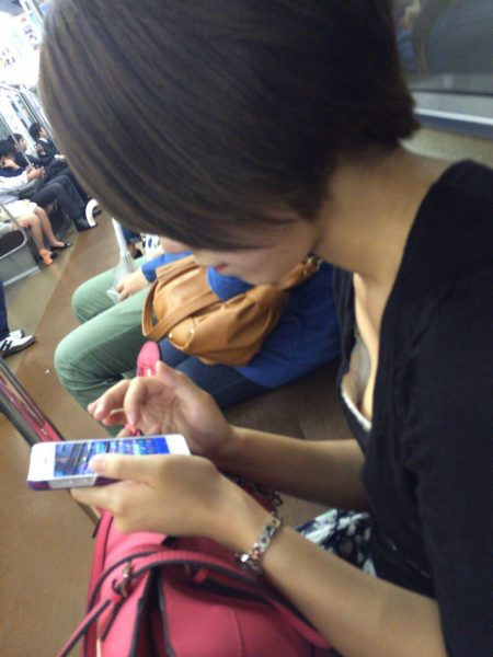 電車胸チラ 画像003