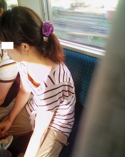 電車胸チラ 画像011