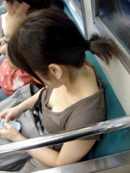 電車胸チラ 画像014