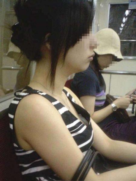 電車胸チラ 画像022