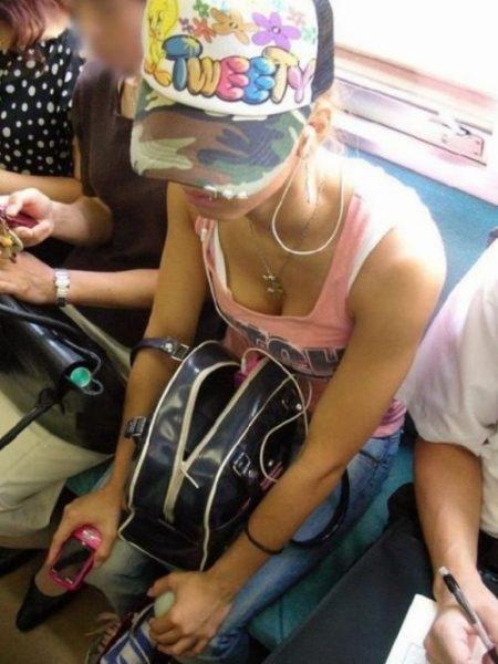電車胸チラ 画像041