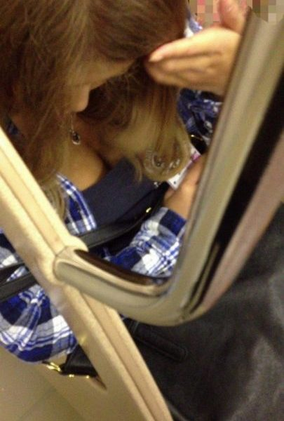 電車胸チラ 画像046