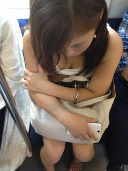 電車胸チラ 画像048