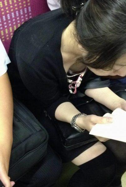 電車胸チラ 画像052