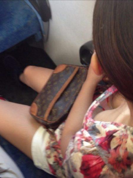 電車胸チラ 画像062