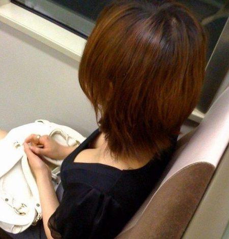 電車胸チラ 画像069