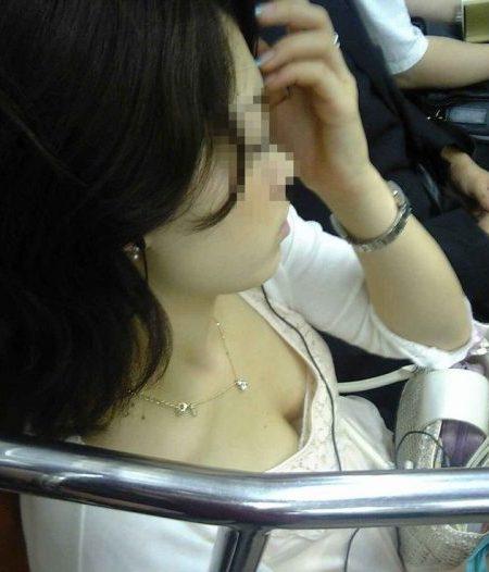 電車胸チラ 画像070