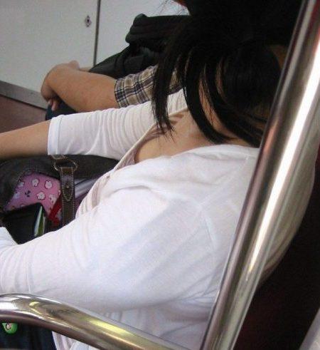 電車胸チラ 画像074