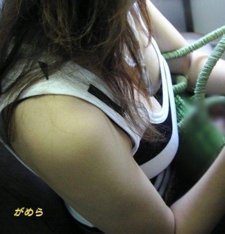 電車胸チラ 画像079