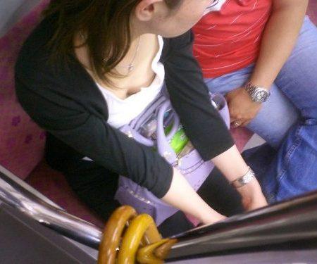 電車胸チラ 画像088