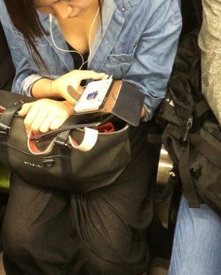 電車胸チラ画像116