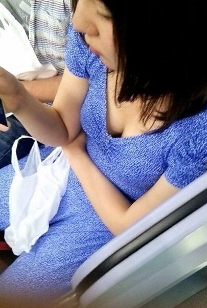 電車胸チラ画像117