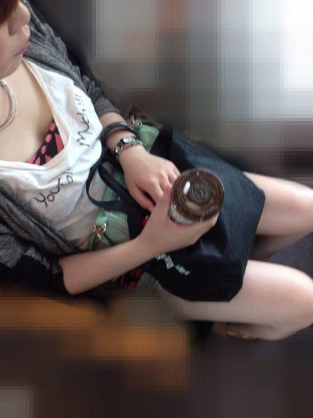 電車胸チラ画像127