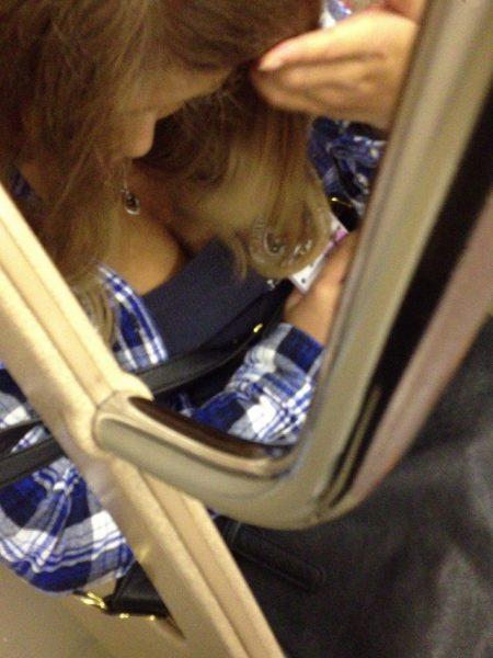 電車胸チラ画像137