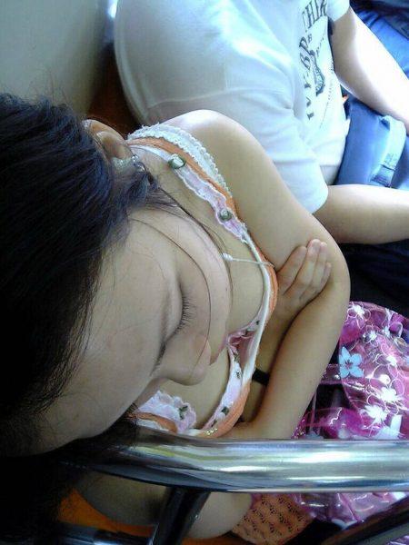 電車胸チラ画像146